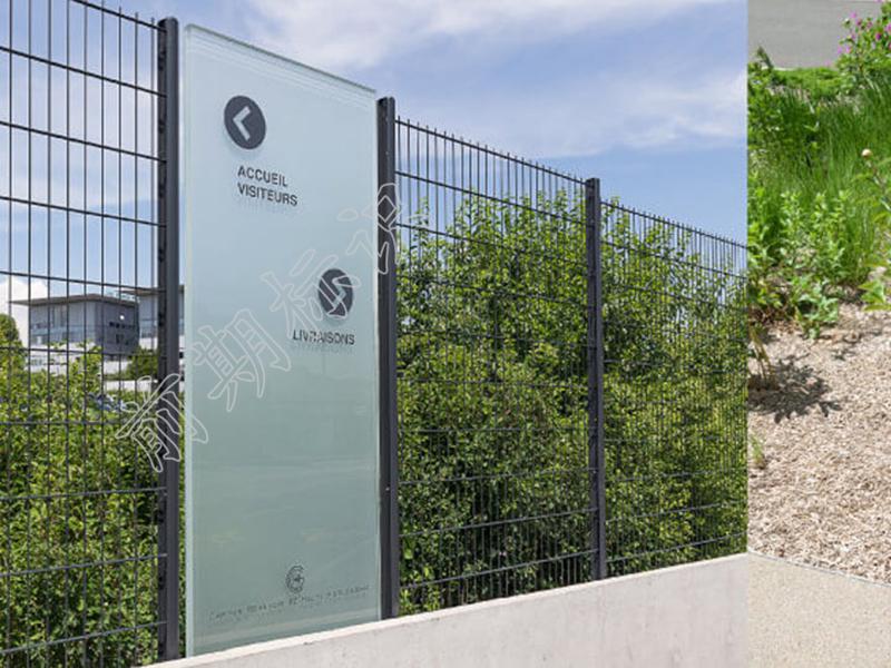 浅谈标识导向系统中的材质-玻璃-河南前期标识设计制作有限公司