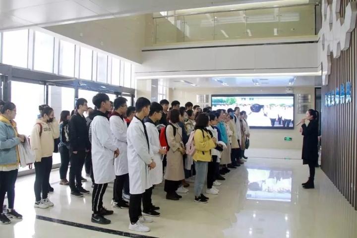 許昌學院學生參觀生物科技.jpg